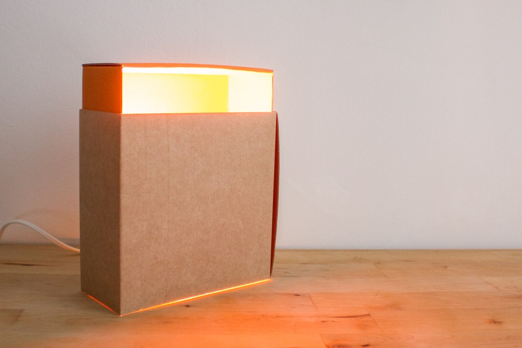 Lampe en carton brut et orange Adonde