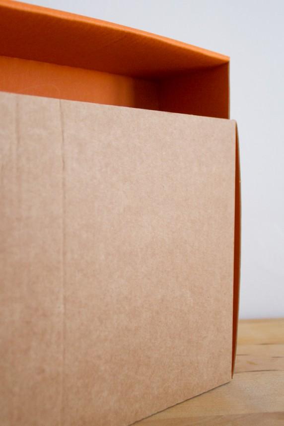 Gros plan lampe en carton orange et brut Adonde