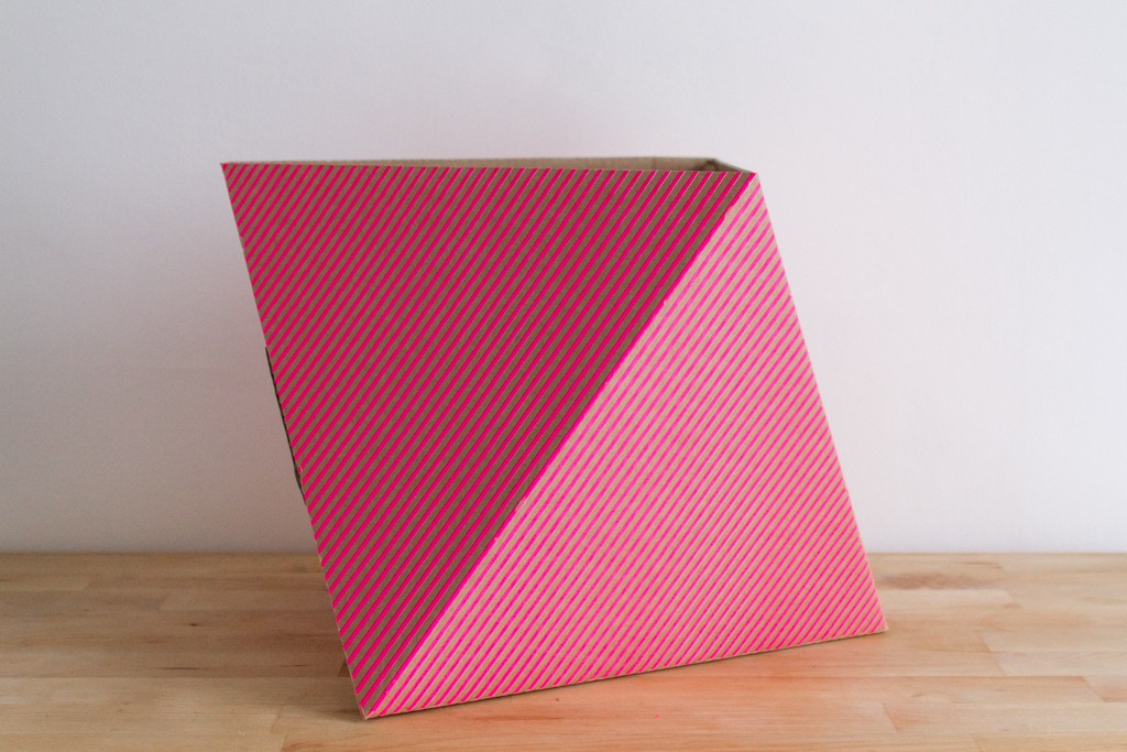 Corbeille en carton polygonale rayée rose fluo Adonde
