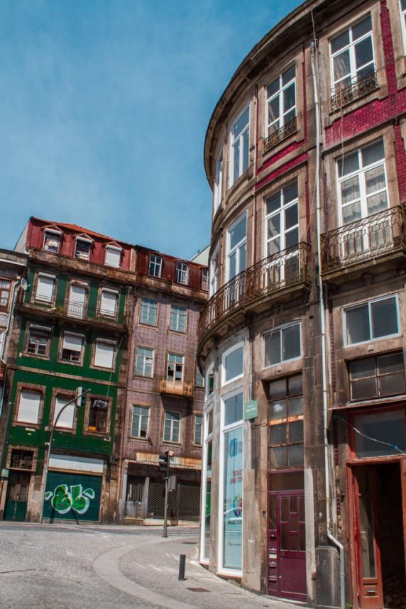 Zoom sur des maisons délabrées