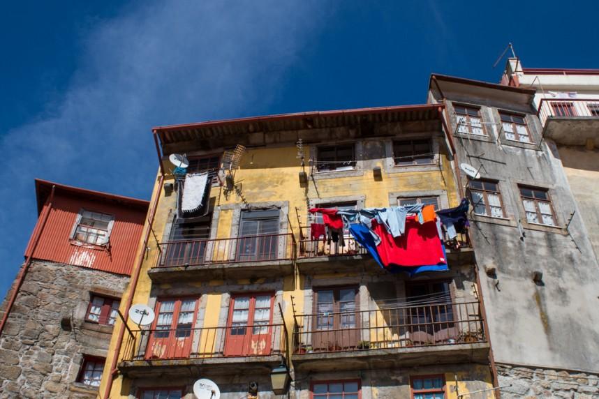 Maisons rouges et jaunes avec du linge au balcon